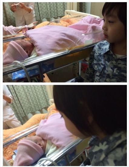 Kimi升格做哥哥 好奇注视刚出生小表弟