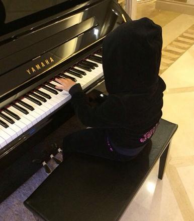 王诗龄戴帽子帅气弹钢琴 网友:酷劲直逼周杰伦
