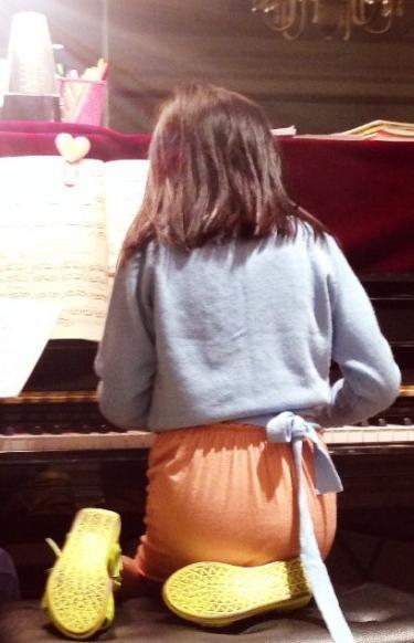 王菲晒李嫣跪弹钢琴照 无奈:怎么舒服怎么来