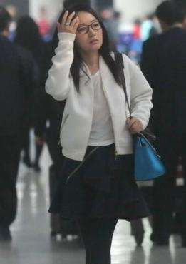 杨钰莹素颜现身机场 短裙配黑丝年轻依旧