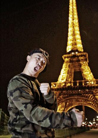 陈奕迅英法巡唱创记录 深夜恶搞巴黎铁塔
