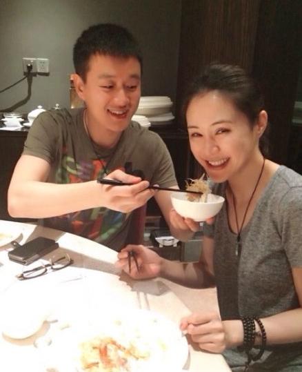 佟大为关悦庆结婚6周年 甜蜜喂食秀恩爱