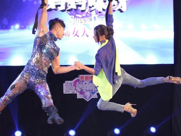 """张柏芝着露脐装与男舞伴热舞 挑战""""空中飞人"""""""