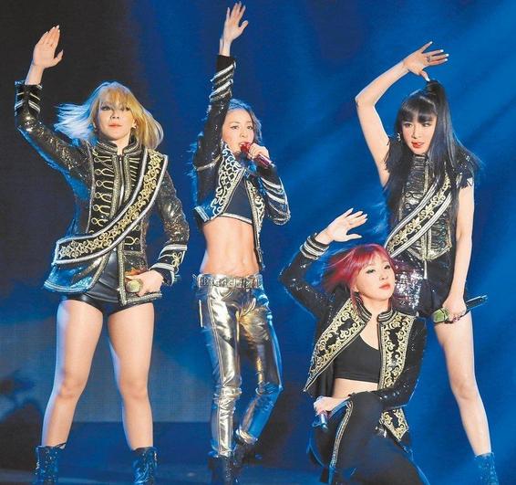 韩国女团2NE1抵台开唱 热辣快歌high翻全场