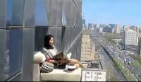 目睹惊人一幕,美女23楼悬空晒太阳
