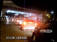油价上涨重回8时代 上海出租车排长龙加油