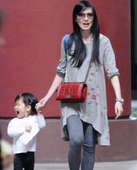 林熙蕾挺大肚带女儿外出 大玩捉迷藏显慈母本色