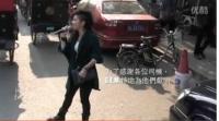 邓紫棋打赌赌输北京街头大唱 引老外围观拍照