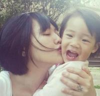 辣妈小S晒与女儿合照 网友:Baby越来越美
