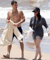 破产姐妹MAX海滩度假 紧贴男友场面甜蜜