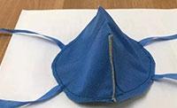 西安国际医学中心医院医护人员动手做口罩